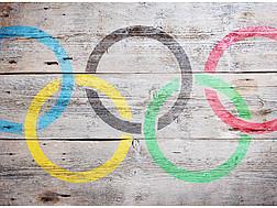 Die olympischen Ringe auf Holz gemalt