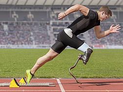 Ein Athlet mit Laufprothese nach dem Startschuss