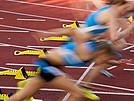 Nach dem Startschuss beginnen die Sprinterinnen zu laufen.